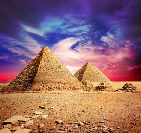 ピラミッドと紫雲