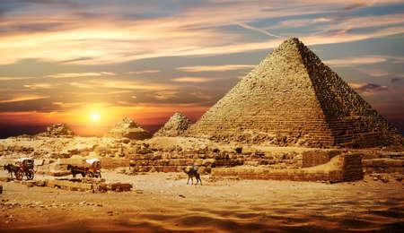 Pyramide dans le désert Banque d'images - 101027311
