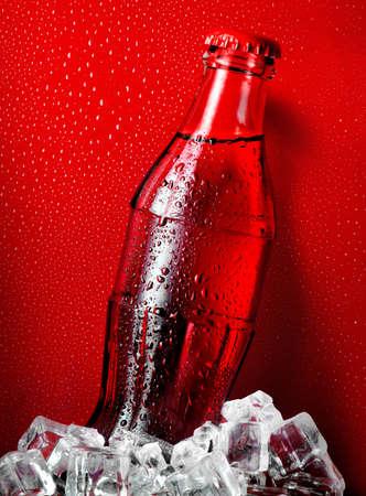 Cola op een rode achtergrond