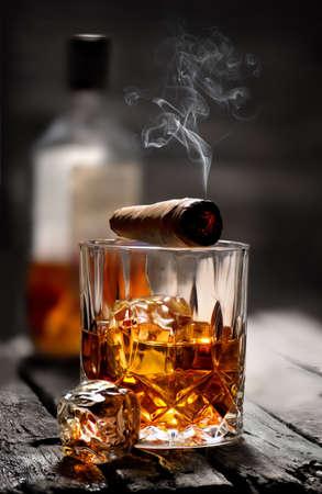 Cigare sur un verre Banque d'images
