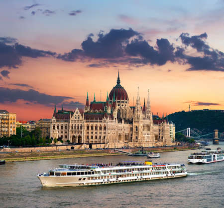 Touristic boats and Hungarian Parliament at sunset, Budapest Stockfoto