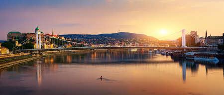 Puesta de sol sobre el puente Elizabeth en Budapest, Hungría Foto de archivo