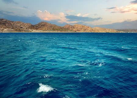 Montagnes dans la mer