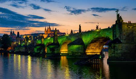 Green illumination of bridge Imagens
