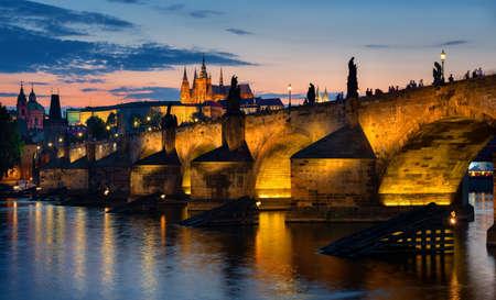 Sonnenuntergang über der Karlsbrücke Standard-Bild