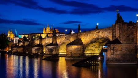 Karlsbrücke in der Abenddämmerung