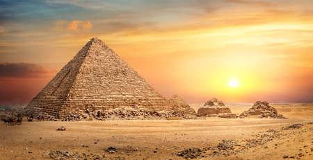Pirámide egipcia en arena Foto de archivo