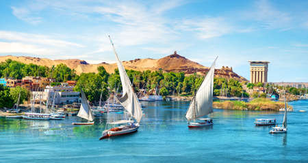 Nil und Boote bei Sonnenuntergang in Assuan