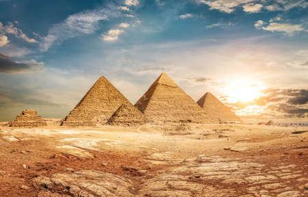 Pyramiden und Himmel Standard-Bild