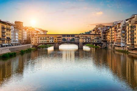 Ochtendzon over de Vecchio-brug in Florence