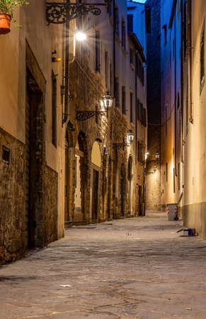 Narrow street of Florence illuminated at night 写真素材 - 124005746