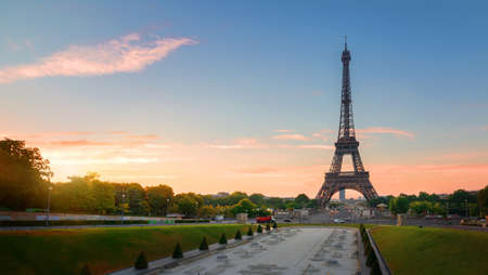 Eiffel Tower and fountains near it at dawn in Paris, France 스톡 콘텐츠