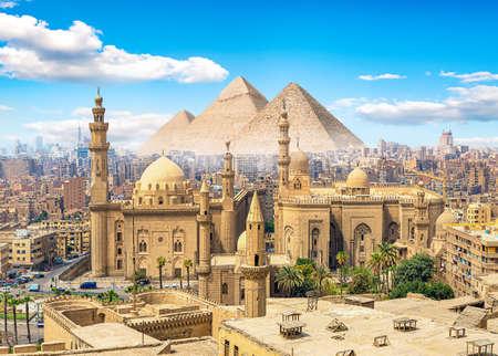 Blick auf die Sultan-Hassan-Moschee in Kairo und die Pyramiden
