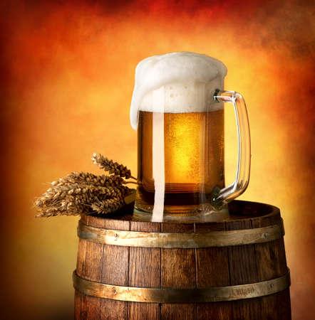 Vaso de cerveza y trigo en un barril de madera