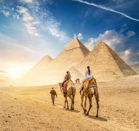 Camel Caravan and the Pyramids of Giza in Egypt Imagens