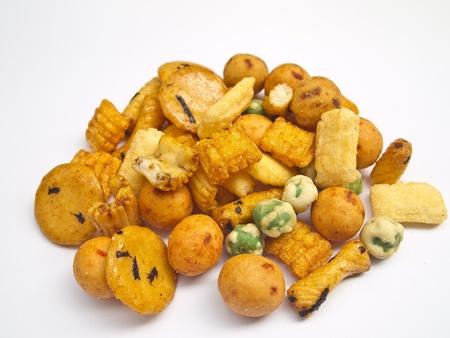 Biscuit salé du riz mixte sur fond blanc
