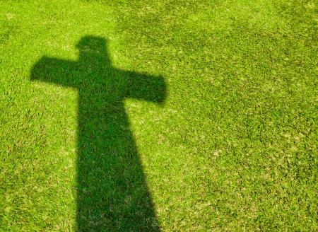 Ombre de la Croix sur l'herbe verte