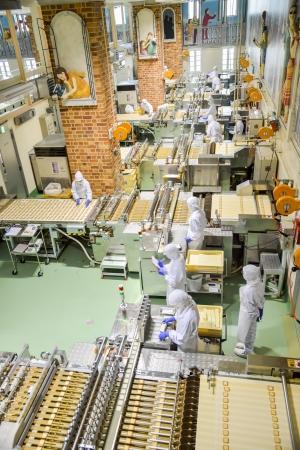 Sapporo, Japon - 23 JUILLET opérateurs travaillent dans l'usine de chocolat le 23 Juillet 2013, à Sapporo, au Japon société japonaise qui rendent célèbre chocolat dans Japon3