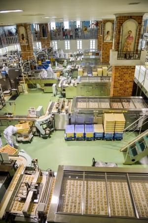 Sapporo, Japon - 23 JUILLET opérateurs travaillent dans l'usine de chocolat le 23 Juillet 2013, à Sapporo, au Japon société japonaise qui rendent célèbre chocolat dans Japon5 Banque d'images - 22493341