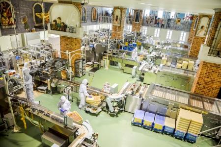 Sapporo, Japon - 23 JUILLET opérateurs travaillent dans l'usine de chocolat le 23 Juillet 2013, à Sapporo, au Japon société japonaise qui rendent célèbre chocolat dans Japon6 Banque d'images - 22493342