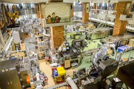 Sapporo, Japon - 23 JUILLET opérateurs travaillent dans l'usine de chocolat le 23 Juillet 2013, à Sapporo, au Japon société japonaise qui rendent célèbre chocolat dans Japan8 Banque d'images - 22493344