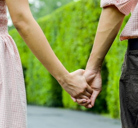 Hold hands of the couple1
