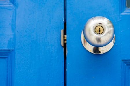 Poignée en acier inoxydable sur door3 bois bleu Banque d'images