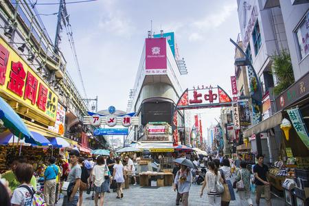 TOKYO, JAPON - 26 juillet Ameyayokocho rue commerçante, le 26 Juillet 2013, à Tokyo, au Japon Ameyayokocho rue est célèbre rue commerçante de Ueno Japon2 Banque d'images - 28848598