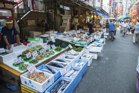 TOKYO, JAPON - 26 juillet Ameyayokocho rue commerçante, le 26 Juillet 2013, à Tokyo, au Japon Ameyayokocho rue est célèbre rue commerçante de Ueno Japon4 Banque d'images - 28848595