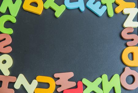 Mezclar alfabeto palabra de madera colorido en Junta4 negro Foto de archivo - 32993525