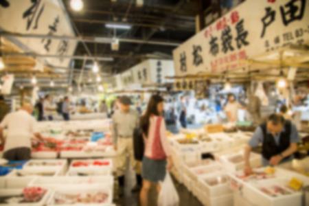 Caminando en el mercado de pescado de Tsukiji en Japón estilo de Blur Foto de archivo - 36758863