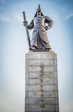 SEUL COREA DEL SUR 10 de mayo la estatua del Almirante Yi Sunshin en la plaza de Gwanghwamun el 10 de mayo 2015, en Seúl Corea del Sur. Almirante Yi Sunshin quien es el líder de la lucha con millitary japonesa Foto de archivo - 41105819