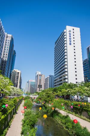 Corée du Sud Séoul le 16 mai de flux Cheongyecheon le 16 mai 2015 à Séoul en Corée du Sud. Flux Cheongyecheon a été rénové depuis 2002 pour être l'attraction touristique Éditoriale