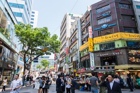 SEUL COREA DEL SUR 10 de mayo Myeong dongshopping calle el 10 de mayo 2015, en Seúl Corea del Sur. Calle comercial Myeong dong es la moda centro de nueva generación en Corea del Sur Foto de archivo - 41166966