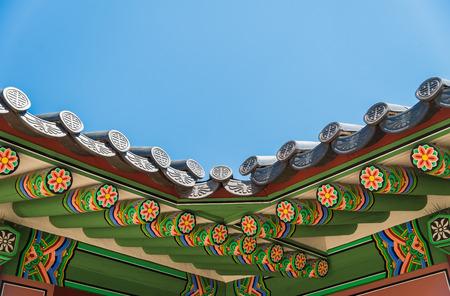 korean style house: Classic ceramic roof in Korean Style