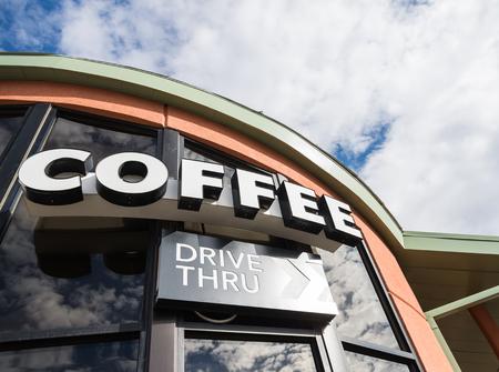 lecteur de café à travers le signe avec ciel nuageux Banque d'images - 51150752