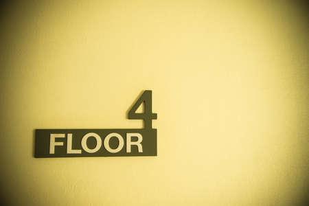 Quatrième étage signer sur fond de mur clair en couleur sépia