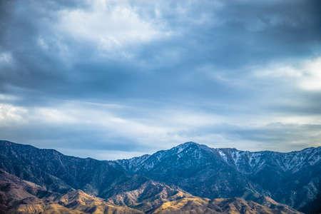 Beau paysage de montagne de canyon rocheux bleu avec ciel nuageux Banque d'images