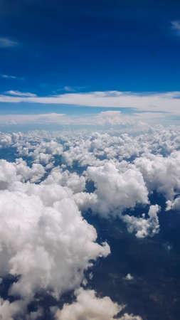 Beau groupe de nuages ??avec un ciel bleu en vue verticale