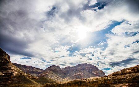 Beau, rocher, canyon, montagne, paysage, nuageux, ciel, soleil, rayon, fusée Banque d'images