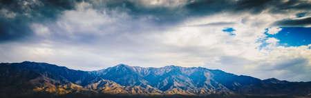Beau paysage de montagne de canyon rocheux bleu avec ciel nuageux en vue panoramique Banque d'images