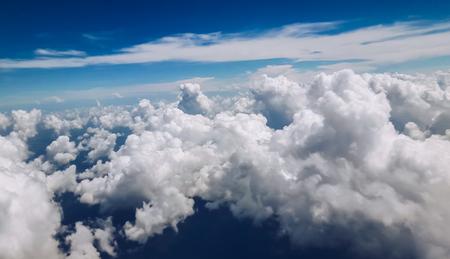Beau groupe de nuages ??avec un ciel bleu en vue horizontale Banque d'images