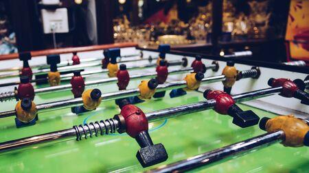 Gros plan de match de football de table figure dans le thème de la couleur rétro Banque d'images