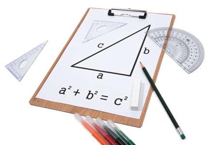 Teorema de pitágoras. Lápiz del transportador del triángulo del sujetapapeles aislado en el fondo blanco. Foto de archivo - 86847547