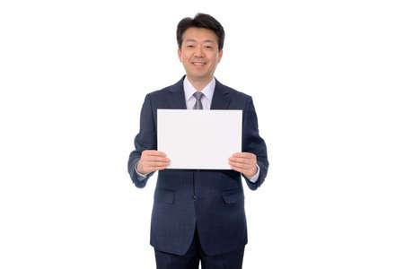 Ritratto dell'uomo d'affari asiatico che tiene forum vuoto.