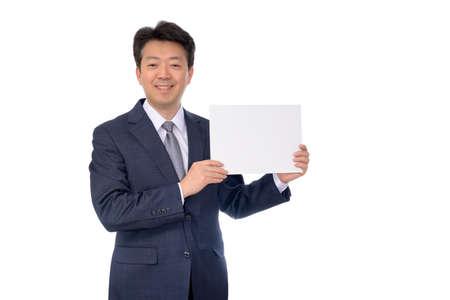 Porträt des asiatischen Geschäftsmannes, der leeres Anschlagbrett hält.