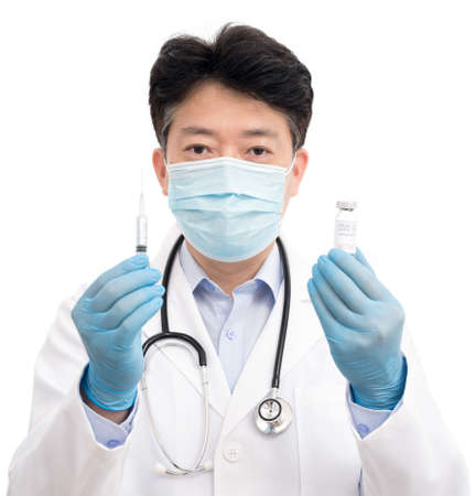 The doctor's hand wearing blue gloves against white background and holding Covid-19 vaccine. 免版税图像 - 152306108