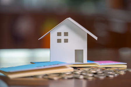 Model houses and stacked coins. Home equity loans. Mortgages and loans. 免版税图像 - 153024604