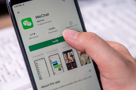 Seoul, South Korea - July 2020 : Finger close-up to install WeChat app on a smartphone. 免版税图像 - 152968955