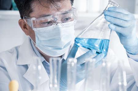 Asian male scientist working in a laboratory. Vaccine development concept. 免版税图像